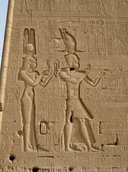 Bajorrelieve del templo de Dendera en el que se representa a Cleopatra VII y Ptolomeo XV