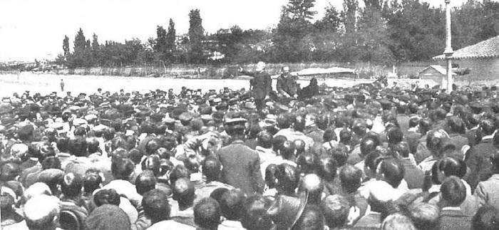 Pablo Iglesias, fundador del PSOE, en un mitín político en 1905