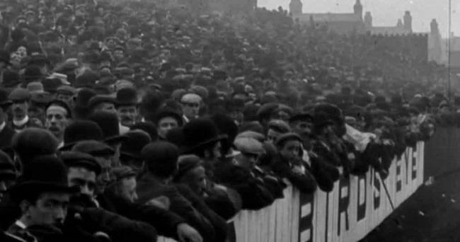 Fotografía de la afición de un partido de fútbol en Anfield en 1901, reflejo de la invención de tradiciones