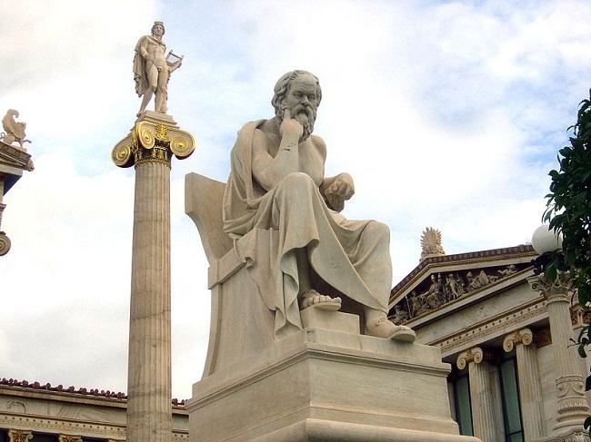 Estatua sedente de Sócrates, figura de la filosofía griega, en la Academia Moderna de Atenas