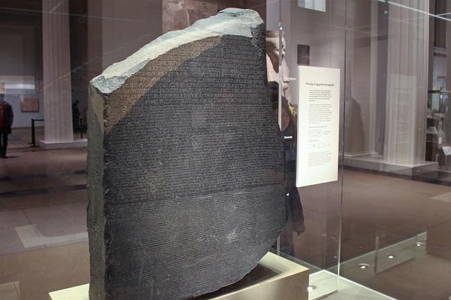 La Piedra de Rosetta expuesta en el Museo Británico en Londres