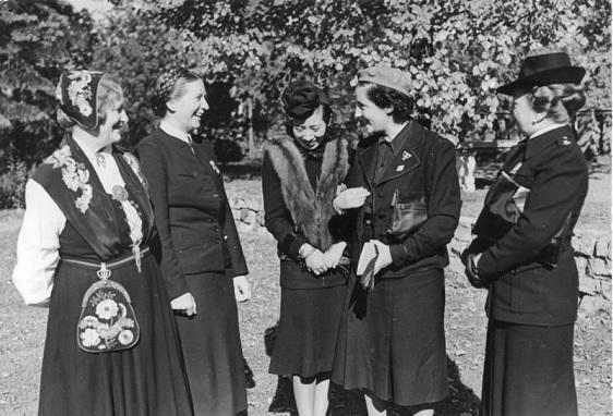 Pilar Primo de Rivera junto a unas compañeras en Alemania en 1941