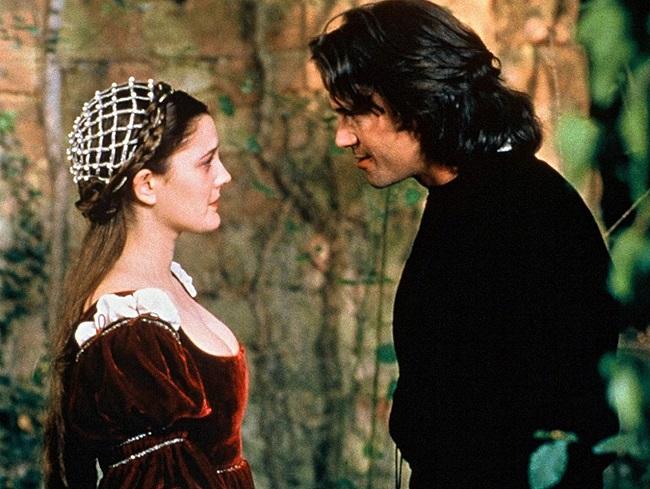 Drew Barrymore y Dougray Scott caracterizados como sus personajes en Por siempre jamás 1998