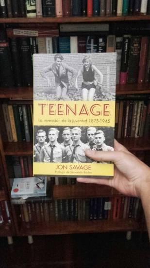 """Posando con mi ejemplar de """"Teenage"""", de Jon Savage"""