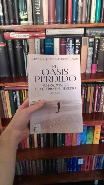 """Posando con mi ejemplar de """"El oasis perdido"""", de Saul Kelly"""