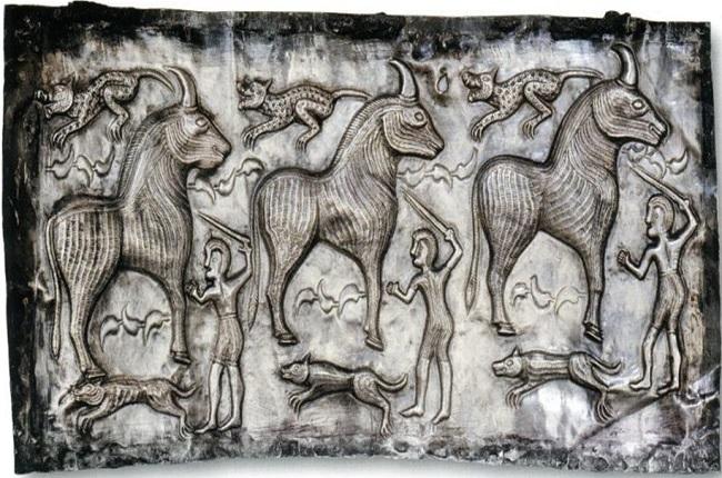 Escena del Caldero de Gunderstrup que representa el sacrificio de tres toros Fuente pinterest