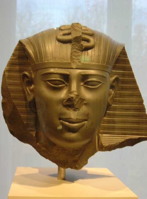 Escultura que representa al faraón Amosis, del Egipto Saíta