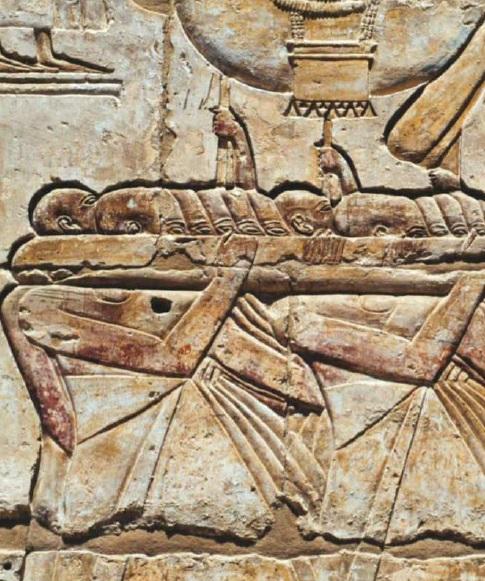 Relieve del templo de Ramsés III con los cargadores del festival de Opet