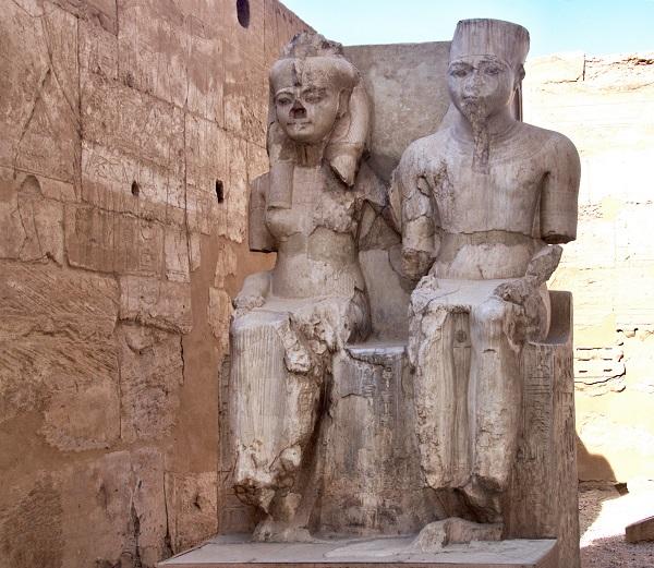 Estatuas de Ramsés II y Nefertari en el templo de Luxor