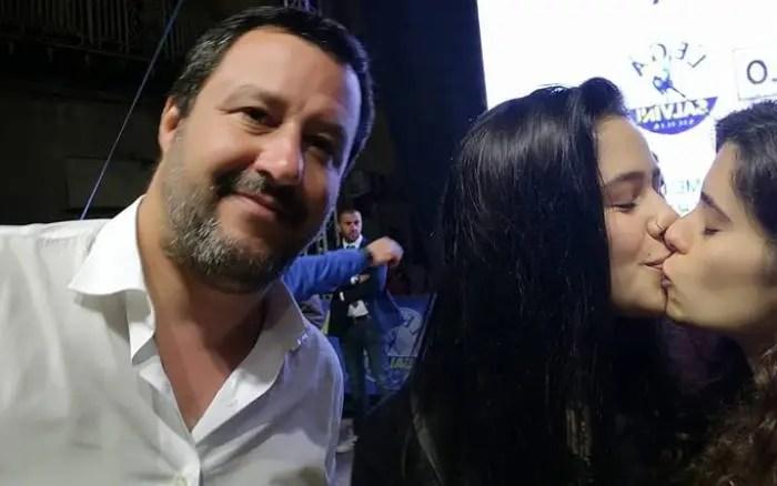 Aktivistet prishin foton e Salvinit me një puthje