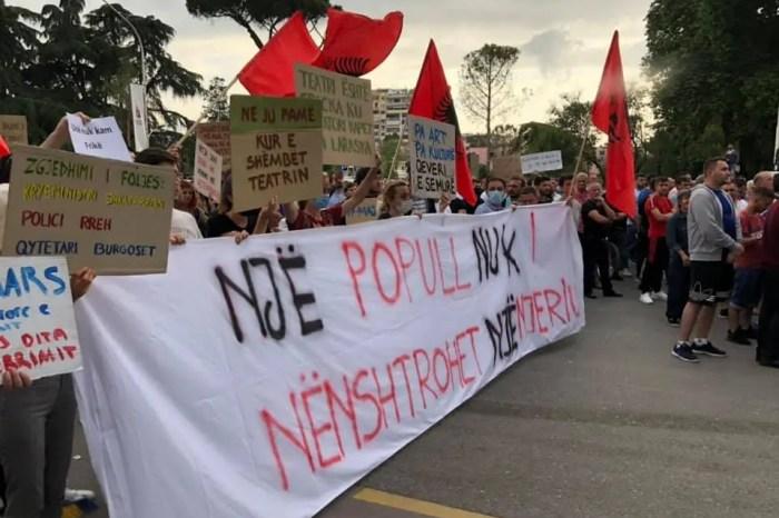 Protesta/ kërkohet arrestimi i Erion Veliajt, dhe ndërtimi i Teatrit si ka qenë