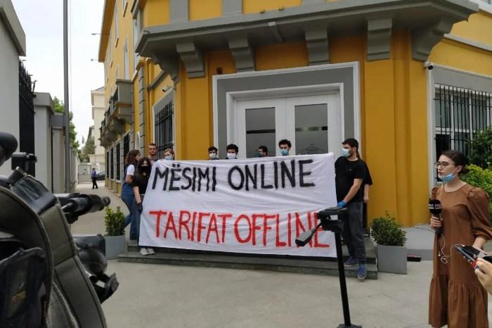 Studentët protestojnë para Ministrisë së Arsimit: Mësimi online, tarifat offline