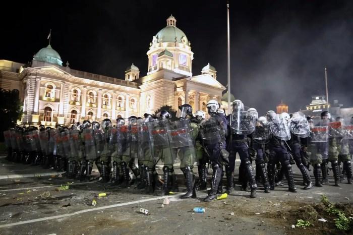 Dhunë policore dhe gaz lotsjellës në protestat kundër masave anti-Covid në Beograd