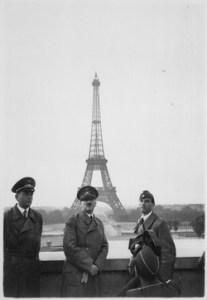 Simbólica fotografía: Hitler y su comitiva en la amanecida del 23 de junio de 1940 posan tras la torre Eiffel de París.