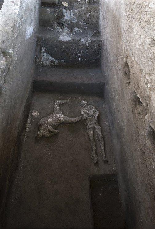 Calcos de los dos hombres hallados en la villa suburbana de Civita Giuliana, en el lugar donde fueron localizados.