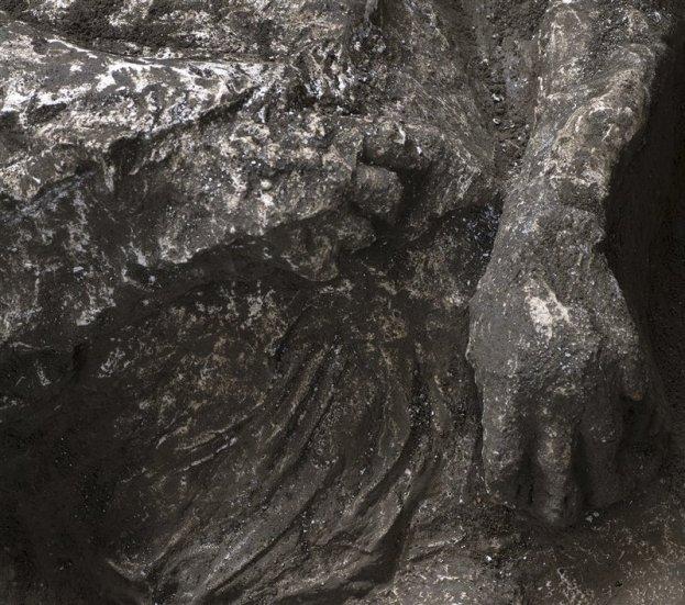 Detalle de los pliegues de la ropa de uno de los hombres descubiertos en Civita Giuliana.
