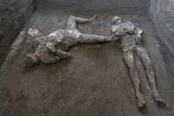 Imagen de los calcos de los dos varones muertos a causa del segundo flujo piroclástico causado por la erupción del Vesubio.