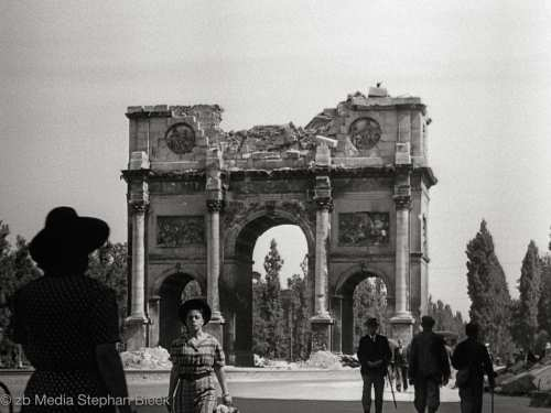 Siegestor Munich May 1945