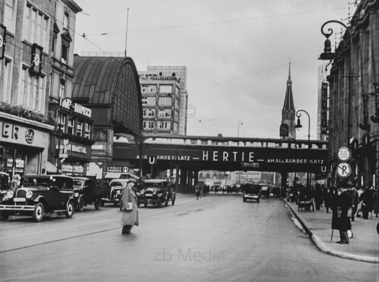 Straßenverkehr am Bahnhof Berlin Alexanderplatz 1937-34 - Foto -  Historiathek