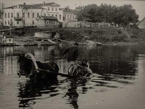 Wasserschöpfen am Fluss. Sowjetunion 1930