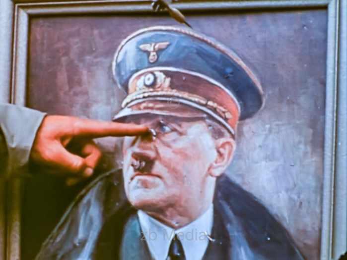 Hitlerbild als Dart Ziel 1944