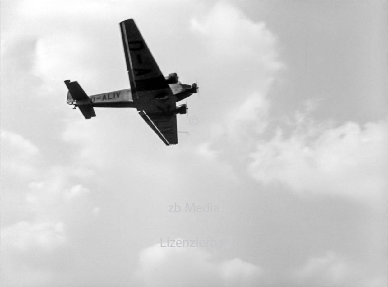 Ju 52 über Flughafen Berlin Tempelhof 1937