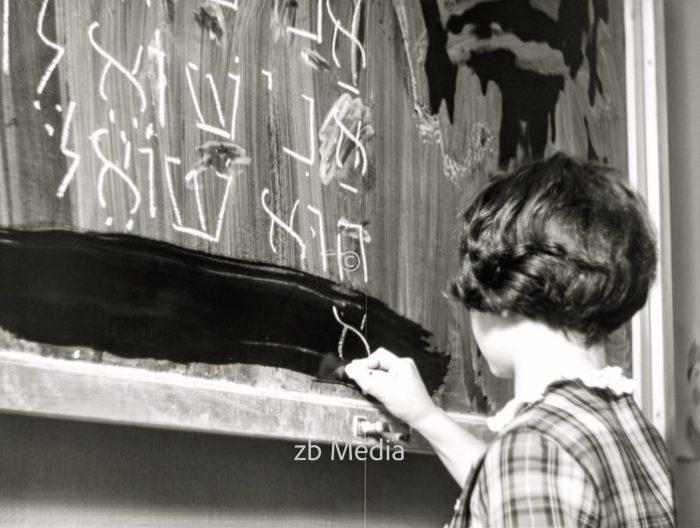 Mädchen an der Tafel, Jüdische Goldschmidtschule in Berlin 1937