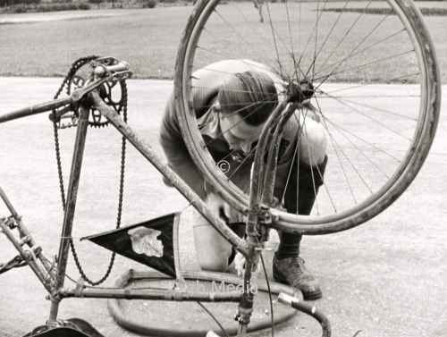 Reifenpanne. Radtour in Oberbayern 1937