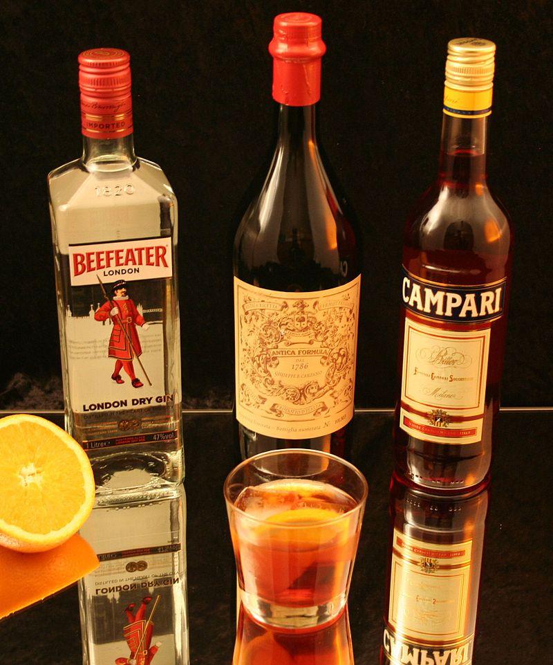 Negroni Cocktail con i suoi ingredienti principali: Gin, Vermut Rosso e Campari,    Foto di Achim Schleuning.