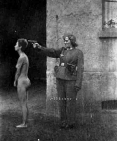 Irma Grese durante l'esecuzione di un prigioniero ebreo