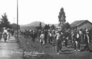 Τα πρώτα βήματα ενός ηγέτη. Ο Μαχάτμα Γκάντι ηγείται διαδήλωσης Ινδών στο Νατάλ της Νότιας Αφρικής το 1913. Οι Ινδοί, είχαν τα ίδια δικαιώματα με τους μαύρους στη Νότια Αφρική, ουσιαστικά κανένα. Ο Γκάντι ξεκίνησε από τη Νότια Αφρική την πολιτική του διαδρομή. Πηγή: http://www.sahistory.org.za/organisations/natal-indian-congress-nic