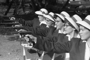 Προετοιμαζόμενες εναντίον των εχθρών. Φωτογραφία: http://www.citylab.com/politics/2013/12/life-apartheid-era-south-africa/7821/