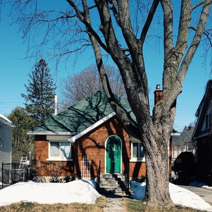 Rupert McClelland constructed a whole heck of a lot of homes in Ottawa during the 1940s and 1950s. Before his door and sash factory burnt down in 1949, most - if not all - of them had rounded front entrances. Image: April 2014.