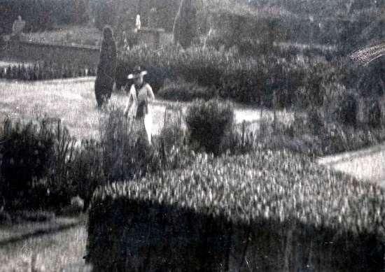 Augusta Victoria in the gardens of Amerongen Castle