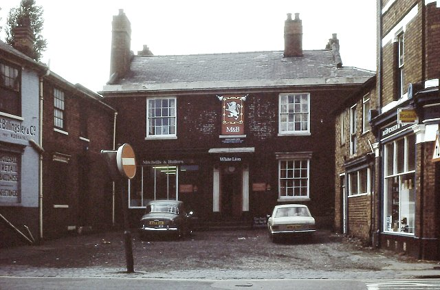 The White Lion Hotel, Darlaston. Photo by Richard Ashmore, Courtesy of John and Christine Ashmore - click for link.