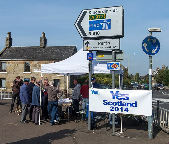 Yes_campaigning_at_Kinross_-_geograph.org.uk_-_4162096