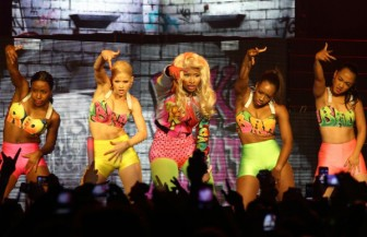 Η Nicki Minaj τραγουδάει Pund The Alarm στοPink Friday World Tour (video)