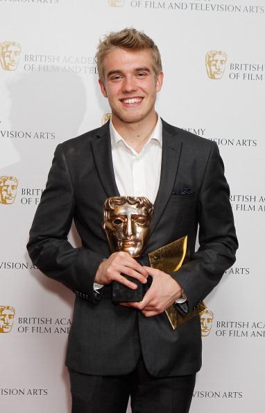LONDRES, ANGLETERRE - 24 NOVEMBRE: Bobby Lockwood pose avec son prix du meilleur interprète aux British Academy Children's Awards le 24 novembre 2013 à Londres, en Angleterre. (Photo de Dave J Hogan / Getty Images)