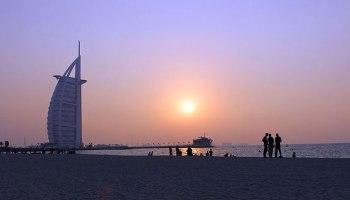 Coucher de soleil sur le Burj-Al-Arab à Dubaï