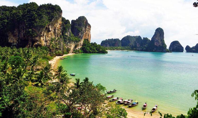 Vue sur la baie de Tonsai en Thaïlande