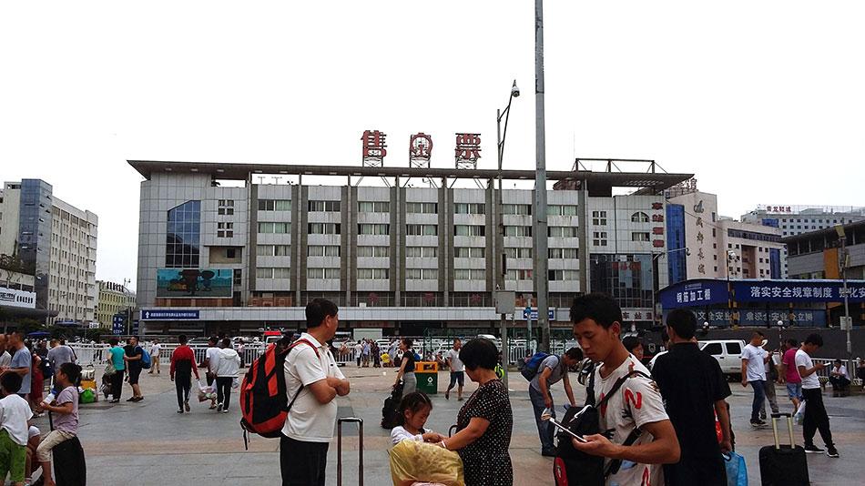 Devant le hall d'une gare en Chine