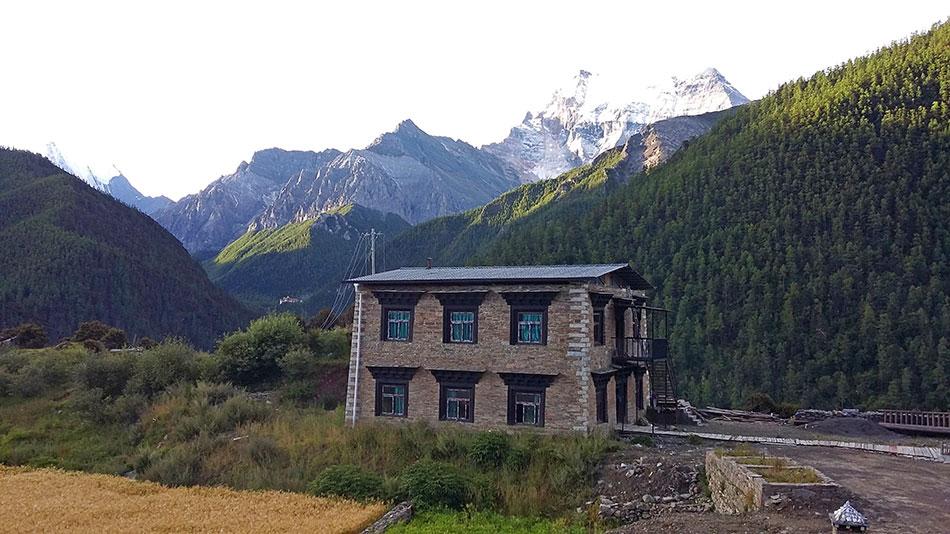 Auberge à Yading Village dans la partie tibétaine du Sichuan en Chine