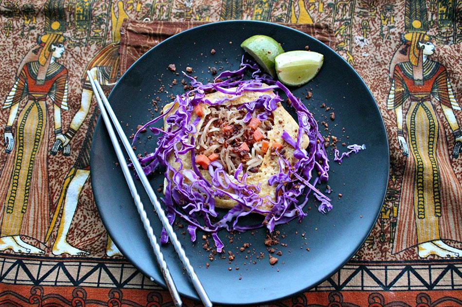 Présentation du pad thai dans une omelette