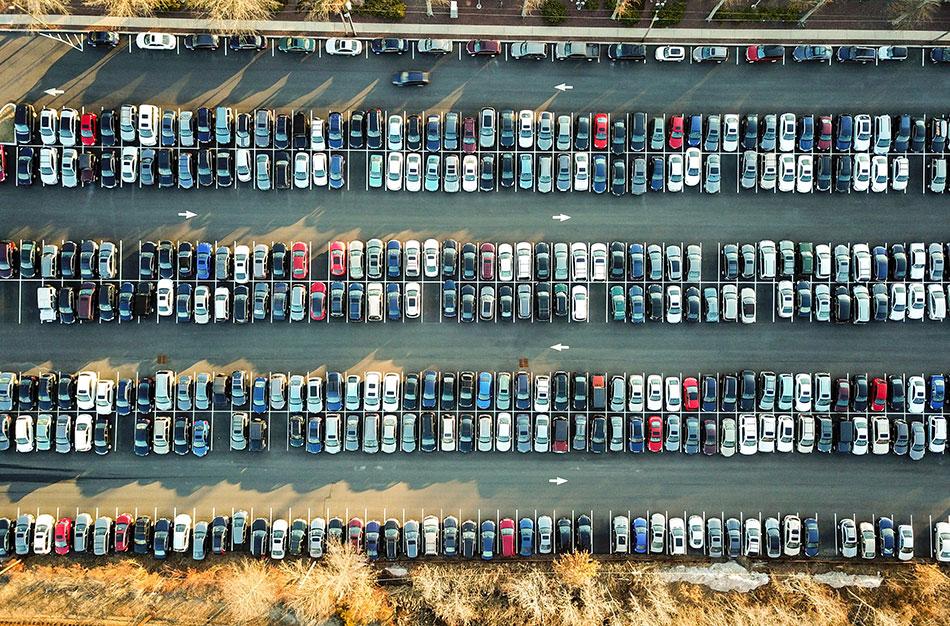Pour bien organiser un voyage, n'oubliez pas de réserver une place de parking à l'aéroport.