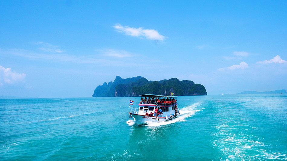 Ferry reliant deux îles en Thaïlande