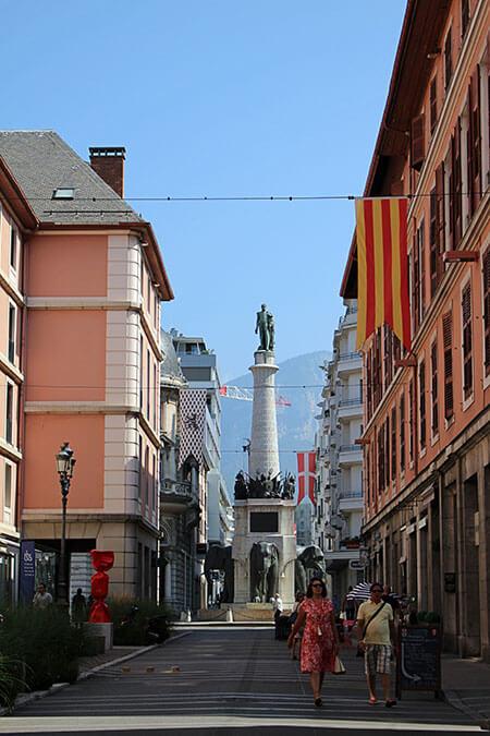 """La fontaine des éléphants à Chambéry en Savoie, surnommée les """"4 sans cul""""."""