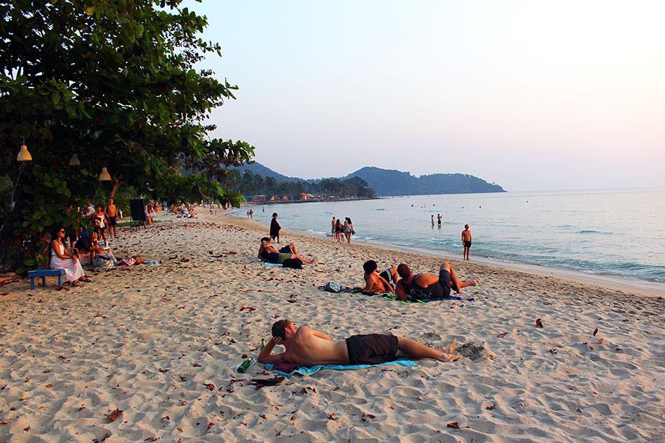 Personnes admirant le coucher de soleil sur la plage de Lonely Beach à Koh Chang en Thaïlande