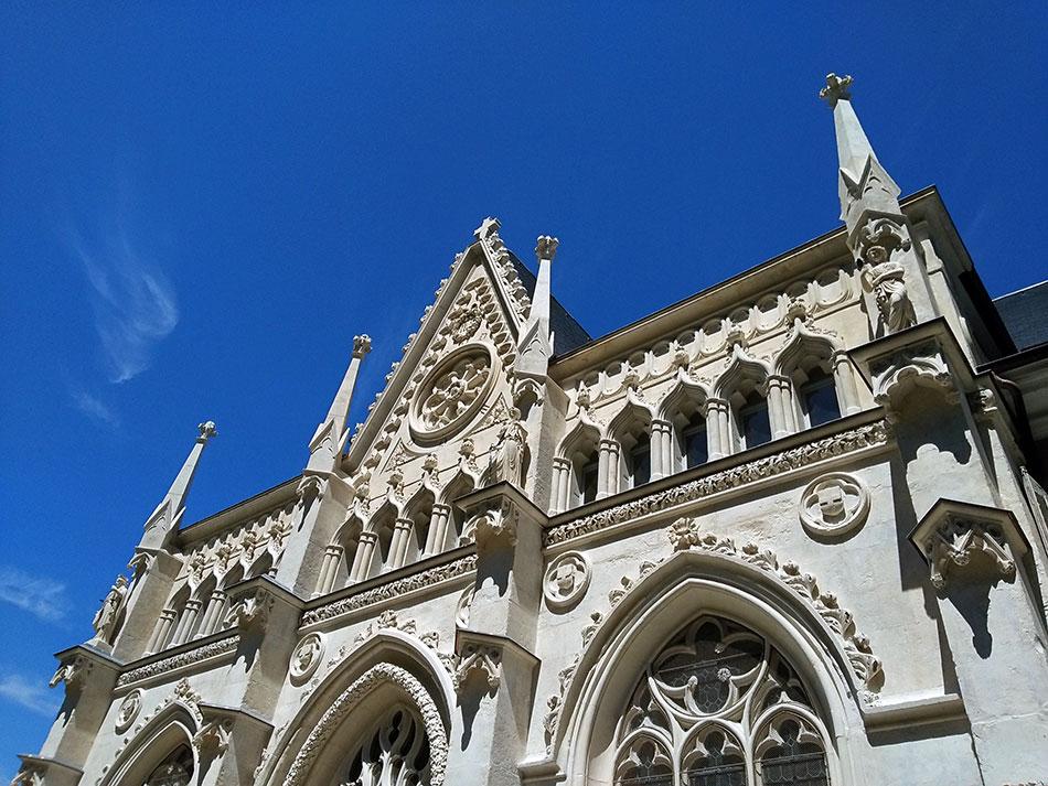 Façade de l'abbaye de Hautecombe au bord du lac du Bourget dans le département de la Savoie en France
