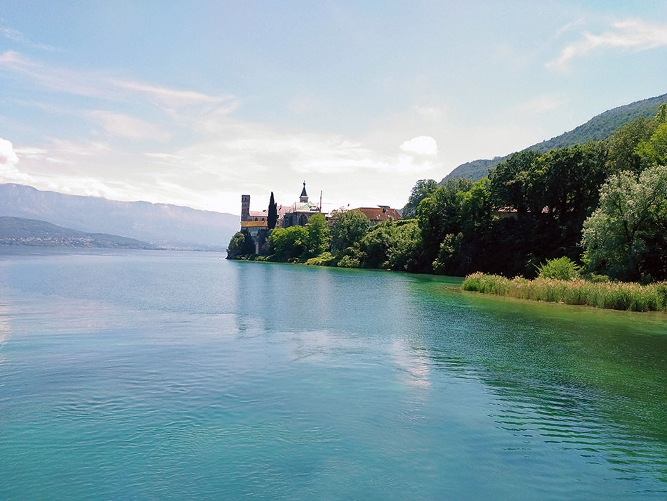 L'abbaye de Hautecombe dominant le lac du Bourget dans le département de la Savoie en France