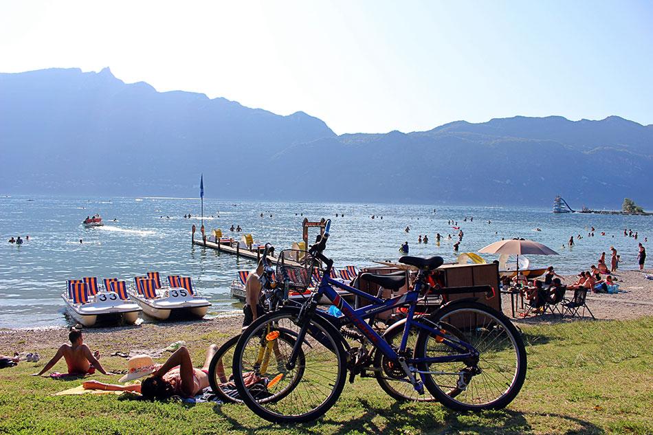 Plage du Rowing au bord du lac du Bourget à Aix-les-Bains dans le département de la Savoie en France